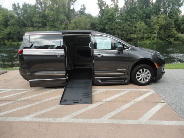 2017 Chrysler Pacifica BraunAbility Chrysler Entervan XTwheelchair van for sale